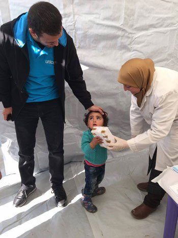 1220152205820620زيارة-كاظم-الساهر-لمخيمات-اللاجئين-(1)