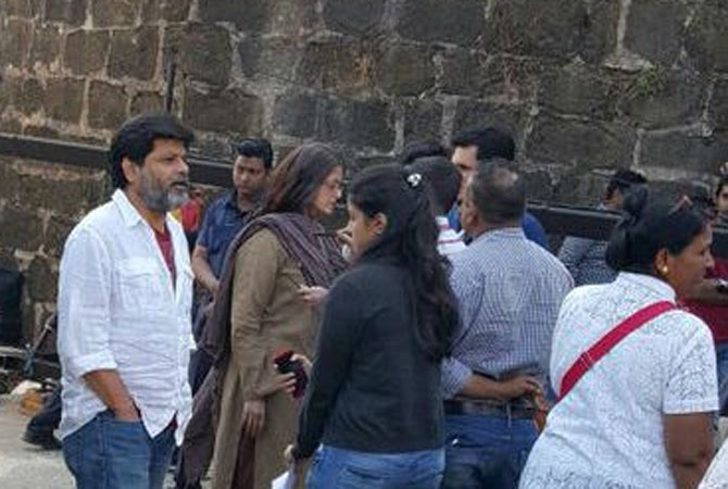 21-Aishwarya-mobbed-fans