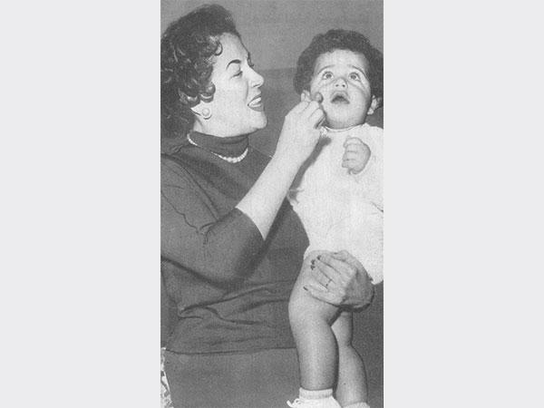 ليلى مراد تحمل ابنها زكي فطين عبد الوهاب