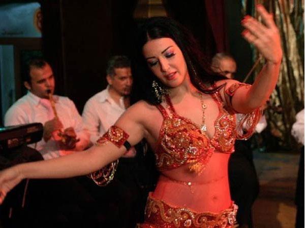 فنانون وفنانات ارتدوا بدلة الرقص في بداية حياتهم الفنية