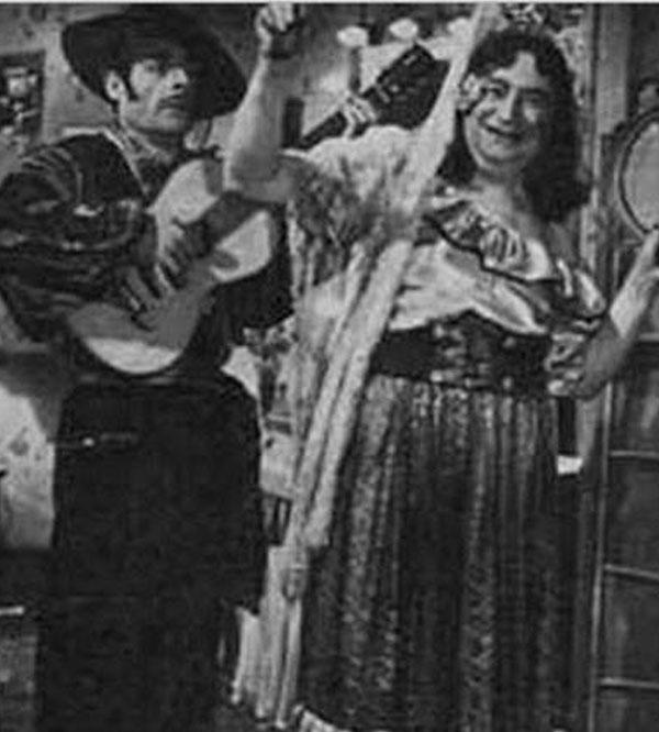 سليمان نجيب في زي راقصة