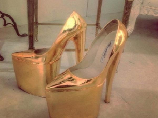 حذاء من الذهب الخالص