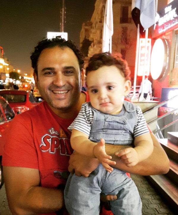 اكرم حسني وطفل الدوندو