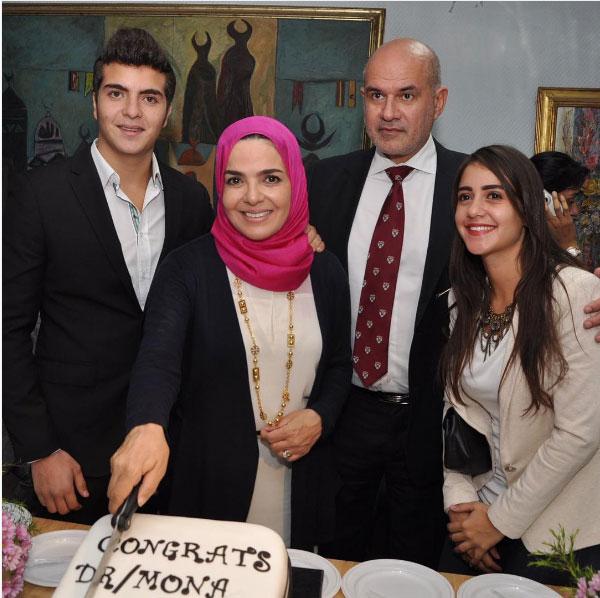 منى عبدالغني واولادها
