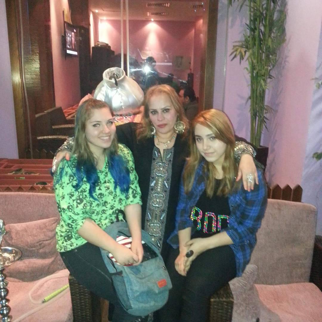 نادية العراقية مع بناتها