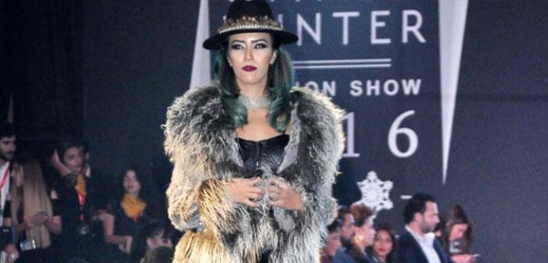 الفنانات في عرض أزياء لملابس الشتاء