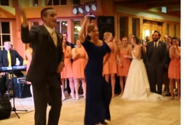 عريس يرقص مع والدته