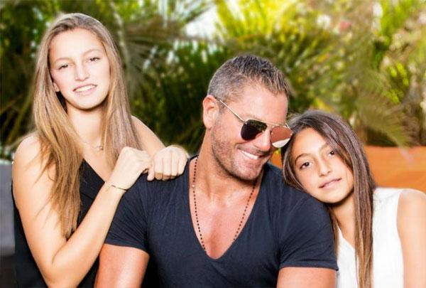 تامر هجرس وزوجته وبناته