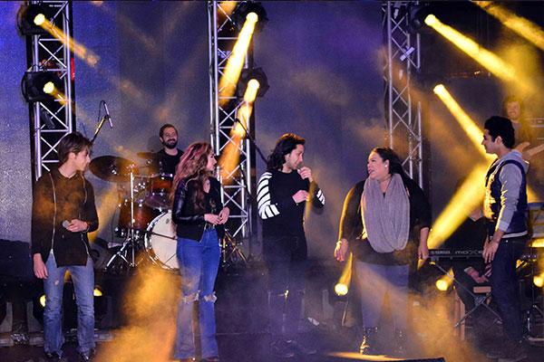 شيماء سيف و هنا الزاهد تشاركان بوي باند غناء ارسم قلب بحضور الآلاف