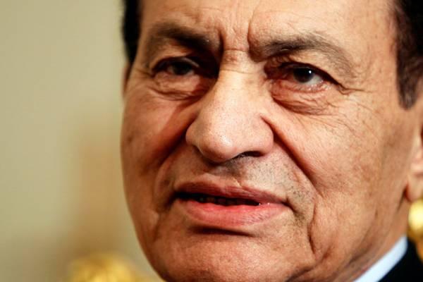 4956b3aed94cb صورة الرئيس مبارك وعائلته في الساحل الشمالي تثير جدل كبير على مواقع التواصل..  شاهد