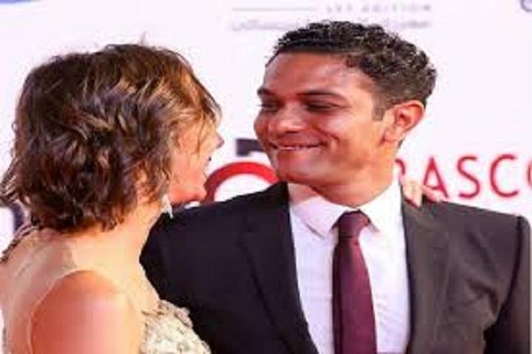 إنجي خطاب تكشف سر قبلات آسر ياسين لزوجته على السجادة الحمراء بالجونة ورده على منتقدي فرق السن بينهما صور