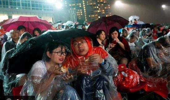 احتفالات شعب سنغافورة تحت المطر