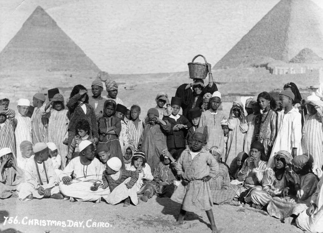 مجموعة من الأسر تتجمع حول أهرامات الجيزة